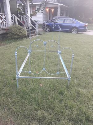 Twin size iron bed frame, super cute for Sale in Memphis, TN