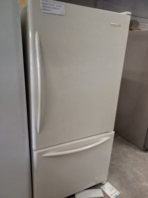 KITCHEN AID BOTTOM FREEZER FRIDGE 33 IN WORKING PERFECT for Sale in Baltimore, MD