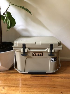 YETI Roadie 20 Cooler - Desert Tan for Sale in Los Angeles, CA