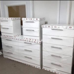 New 4 Pieces Bedroom Set Dresser Chest And 2 Night Stands for Sale in Atlanta, GA