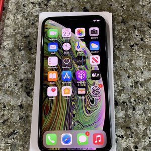 iPhone Xs 64 gb Factory Unlocked With Case for Sale in Mountlake Terrace, WA