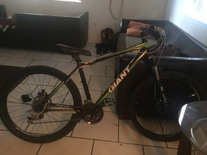 Giant brand bike front and back dis brake. Back brakes completely work no front brakes or trade for so cal flyer 24 or 26 inch for Sale in Miami, FL