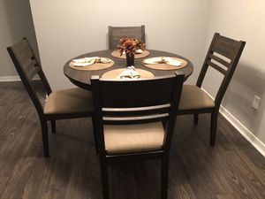 Round breakfast table w/4 chairs for Sale in Wildwood, MO