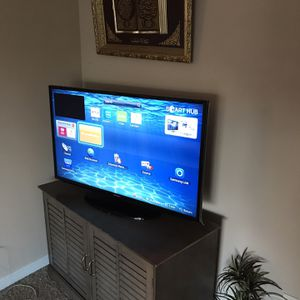 Samsung Smart Tv Good Condition And Table Stand for Sale in Alexandria, VA