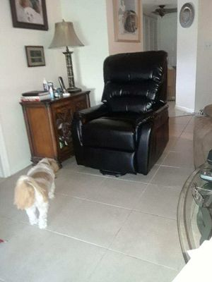 BRAND NEW black leather power lift recliner for Sale in Oakland Park, FL