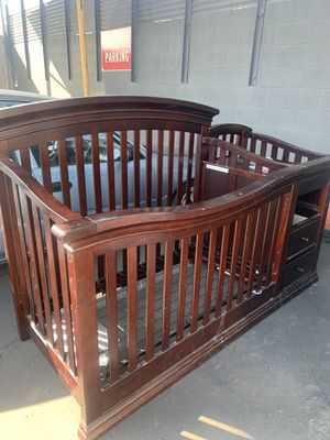 crib and changing table (no mattress) for Sale in Lynwood, CA
