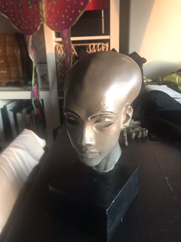 Nefrettiti head sculpture
