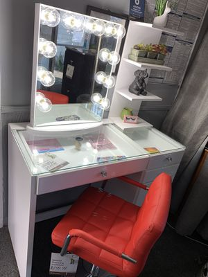 White 6- drawer vanity set with impression's 10- bulb vanity mirror included for Sale in South Gate, CA