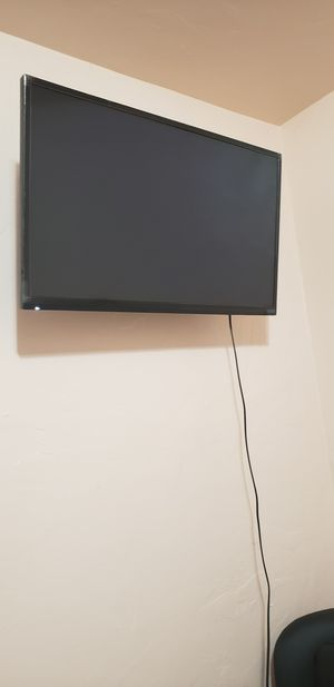 32-inch Smart TV with Wall Mount for Sale in San Gabriel, CA