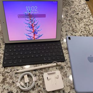9.7 Inch iPad Pro 128gb Lightly Used for Sale in Atlanta, GA