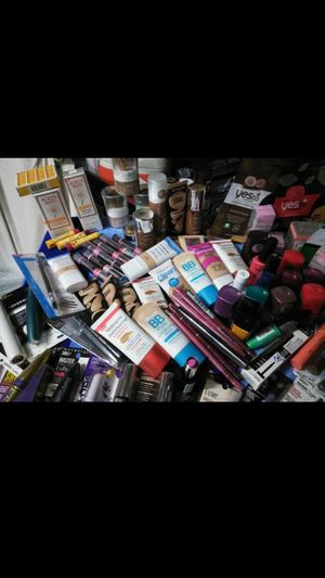 25pc assorted wholesale brand name make up for Sale in Saint Joseph, MO