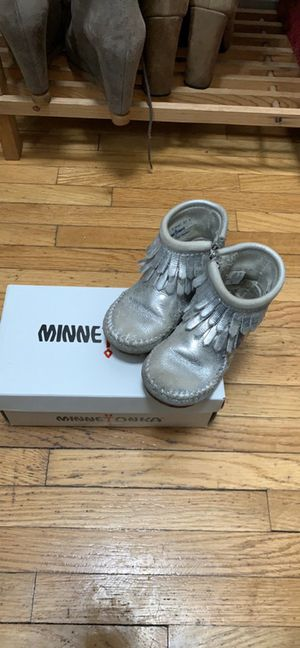Minnetonka baby girl silver fringe boots size 5 for Sale in Staten Island, NY
