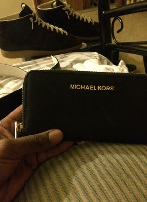 Michael kors wallet for Sale in PECK SLIP, NY