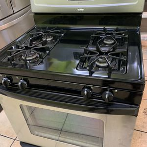 Whirlpool Gas Oven Stove Stainless Steel With Dispenser In Excellent Conditions for Sale in Los Angeles, CA