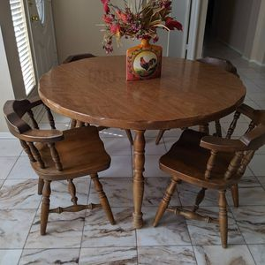 Vintage dinning table w/ 4 barrel chairs for Sale in Victorville, CA