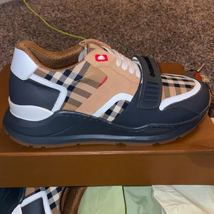 BURBERRY SHOES SIZE 42 for Sale in Las Vegas, NV