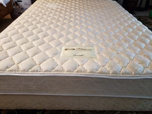 Queen Bed Mattress set box spring bed frame Simmons Beautyrest for Sale in Lynnwood, WA