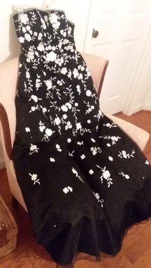 Vera wang dress black and white flowers for Sale in Franklin, TN