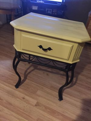 Wood & metal end table. Almost new for Sale in Phoenix, AZ