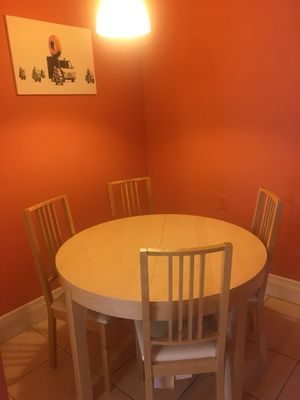 Extendable Circular Wooden Kitchen Table with 4 chairs for Sale in Boston, MA
