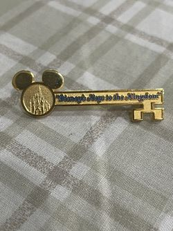 Disney WDW Magic Kingdom Key To The Kingdom Tour gold Pin for Sale in Torrance,  CA