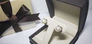 Silver plated pearl and diamond earrings / pendientes plateados de perla y diamantes for Sale in West New York, NJ