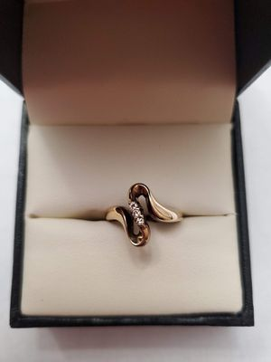 14K Yellow Gold Swirl Ring with Diamonds Size 5 for Sale in Auburn, WA