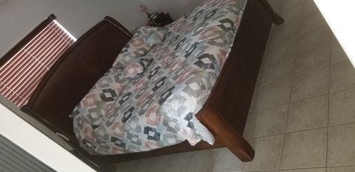 Bedroom Set Solid Wood King Size for Sale in Tamarac, FL