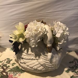Vintage 1989 signed and hand made with 24 k gold lining, fully lifelike large planter centerpiece piece. Add for Sale in Freeport, NY
