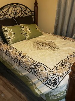 Queen/Full Sized Bed. Mattress, Box, Frame, And All Blankets And Pillows!!! Excellent Condition! for Sale in Lynnwood,  WA