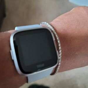 Like NEW FITBIT VERSA for Sale in Moseley, VA