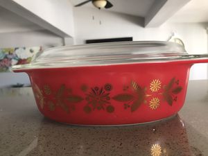 Pyrex 2 1/2 Qt. Golden Poinsettia Vintage Covered Dish for Sale in Pompano Beach, FL