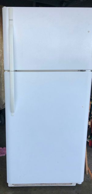 Kenmore white top and bottom refrigerator for Sale in Ceres, CA