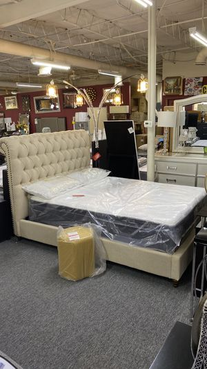 Queen Platform Bed Tufted Fabric with Nailheads HL for Sale in Irving, TX