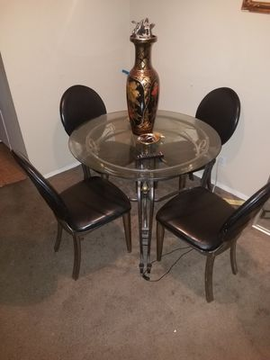 Round glass dining table for Sale in Victorville, CA