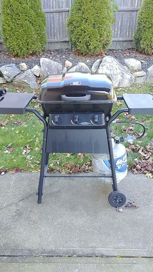 Grill with tank of gas for Sale in North Providence, RI