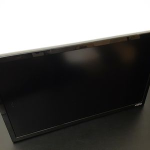 """TV VIZIO D-Series D24-D1 - 24"""" LED Smart TV - 1080p - 60 Hz. Missing remote control and BASE STAND LEGS. for Sale in San Diego, CA"""
