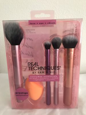 Makeup brushes with beauty blender tool for Sale in Houston, TX