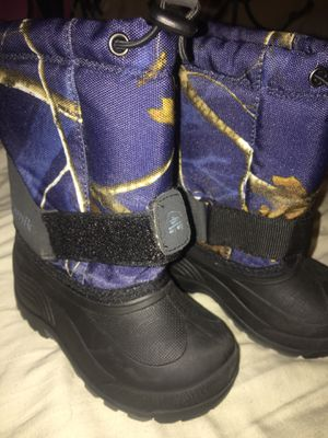 Snow boots toddlers size 9 for Sale in Arlington, TX