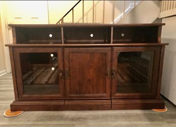 Wood TV Stand/Cabinet (Like New) for Sale in Sicklerville,  NJ