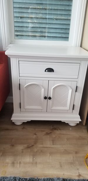 White nightstand/end table for Sale in Oakland, CA