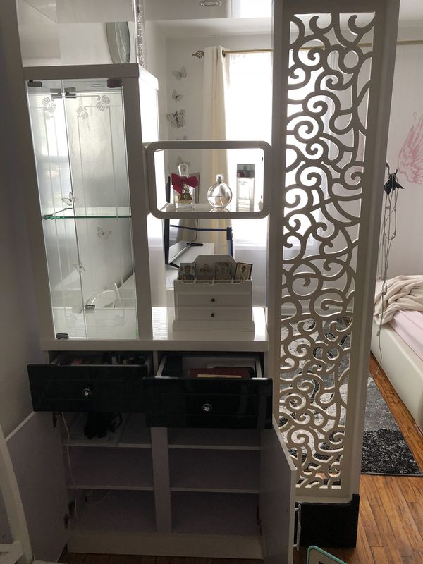 Bar Woood glossy white finish in a modern design 1 fixed display shelves with tempered glass sides and back (8mm & 5mm thick) Use as a bookcase o