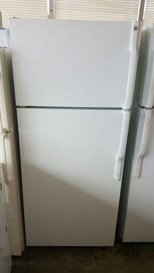 Ge top and bottom white fridge for Sale in Alexandria, VA