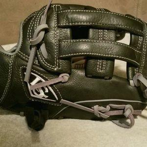 Louisville Slugger Adult Softball/ Baseball Glove Size 11.5 for Sale in Portland, OR