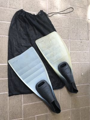 Fins, Dacor Cordaflex Size 9-1/2 - 10-1/2 with mesh bag for Sale in Davie, FL