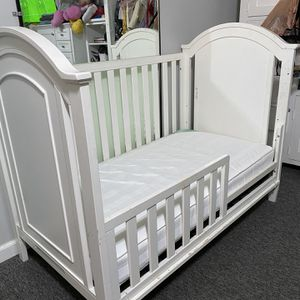 White Crib And Changing Table for Sale in Hacienda Heights, CA