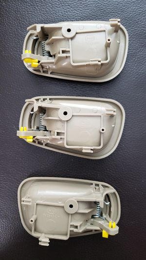 Door handle beige, 2 right 1 left. Toyota Corolla 1998-2000 for Sale in Miami, FL