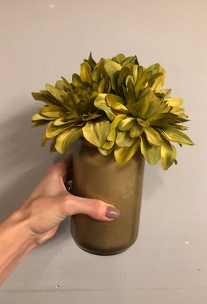 Gold Vase with faux flowers for Sale in Auburn, WA