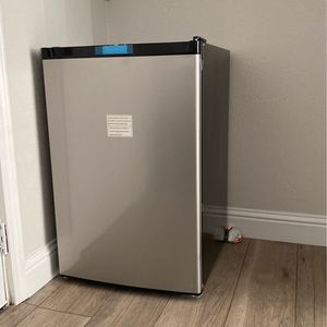 Brand New Moni Refrigerator 4.5 C Ft for Sale in Fremont, CA