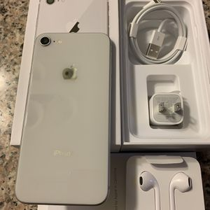 iPhone 8 Silver Unlocked For Any Carriers 64gb (Liberado para Cualquier Compania ) for Sale in Rosemead, CA